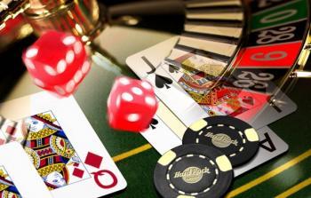 Kortteja, noppia, pelimerkkejä ja rulettipyörä